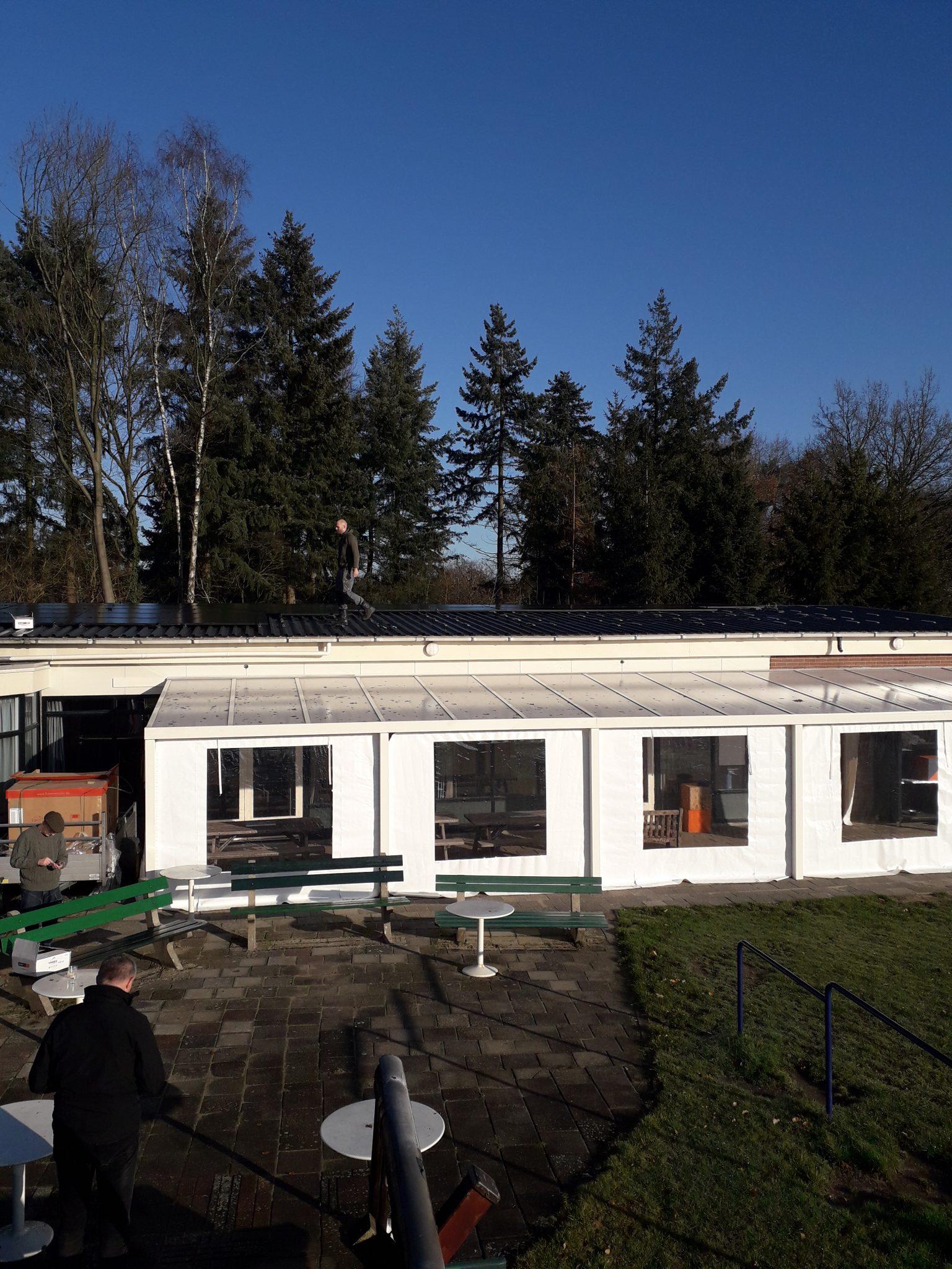 Zonnepanelen op het dak van het clubhuis